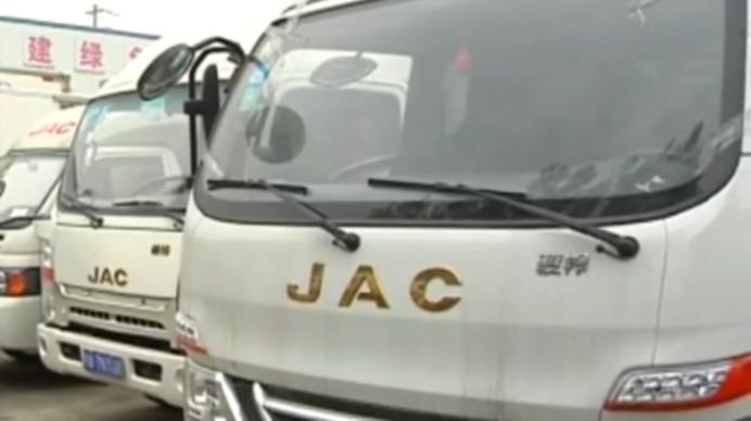 运输公司服务费暴涨 司机过户车辆遭拒怒堵4S店