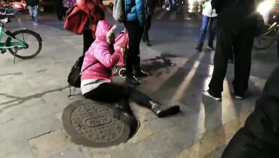 """井盖也能成为伤人利器?别不信!成都一女子就被""""坑""""惨了"""