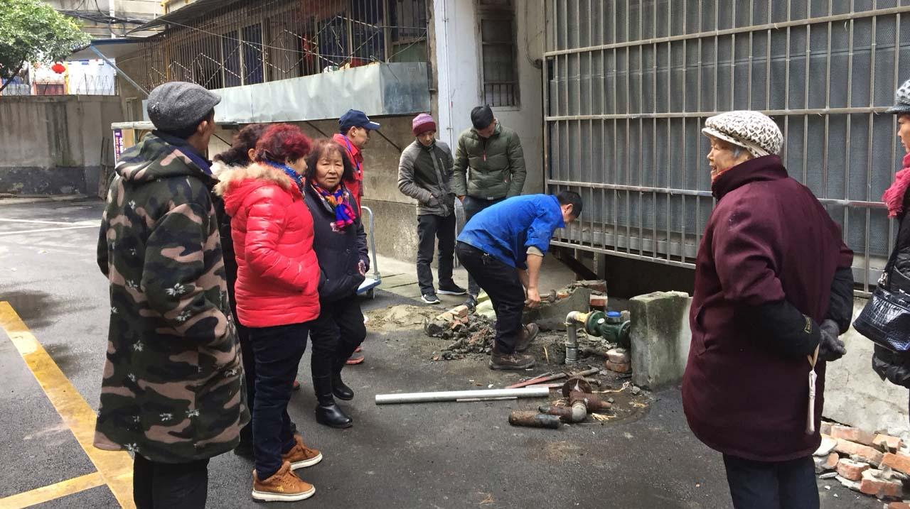 暖心!货车撞断小区供水管 抢修人员免单修理