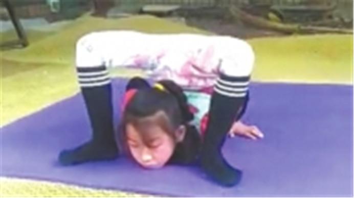 无师自通!成都7岁女孩自学柔术  梦想登上大舞台