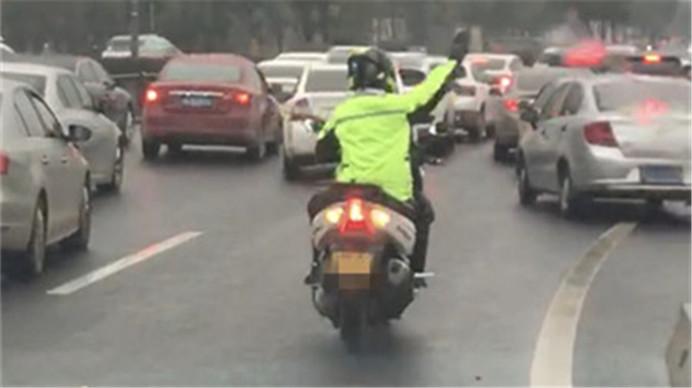 救护车救人遇堵 摩托车小哥挨个敲打车窗开道