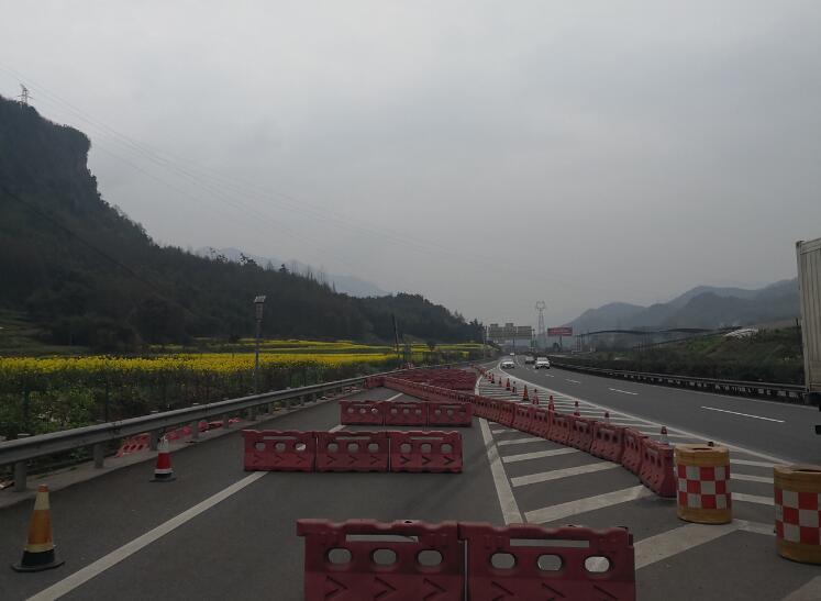 因雅西高速转换雅康高速的对岩互通,往雅安,乐山方向的匝道限高门架被