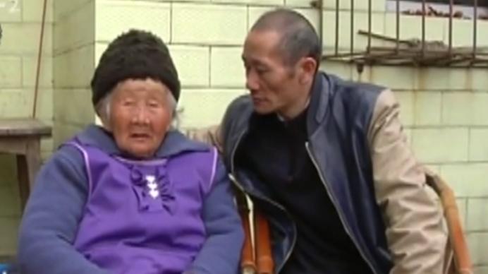 一直在想你!失忆男子流浪22年回家 跪在83岁母亲面前