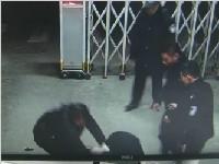 陕西:不看监控都不敢相信!男子豪饮1斤白酒半 连警察都打 拉都拉不住