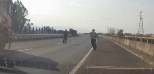 """云南:再晚一点就没命了!男子高速公路上""""散步"""" 交警及时将其拖离"""