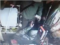 湖南:中途下车被拒 72岁老人把公交司机拽翻在地 车子仍在前行