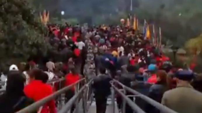 踩踩可消灾!绵阳雎水超10万人踩桥扔钱祈福