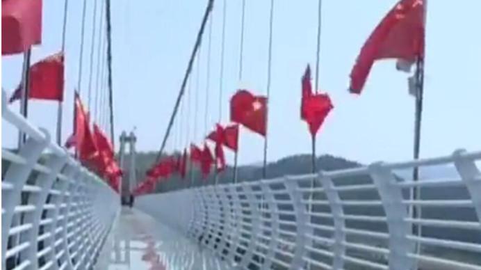 """400多米长!川内最长高空玻璃桥迎客 还自带""""玻璃碎了""""音效"""