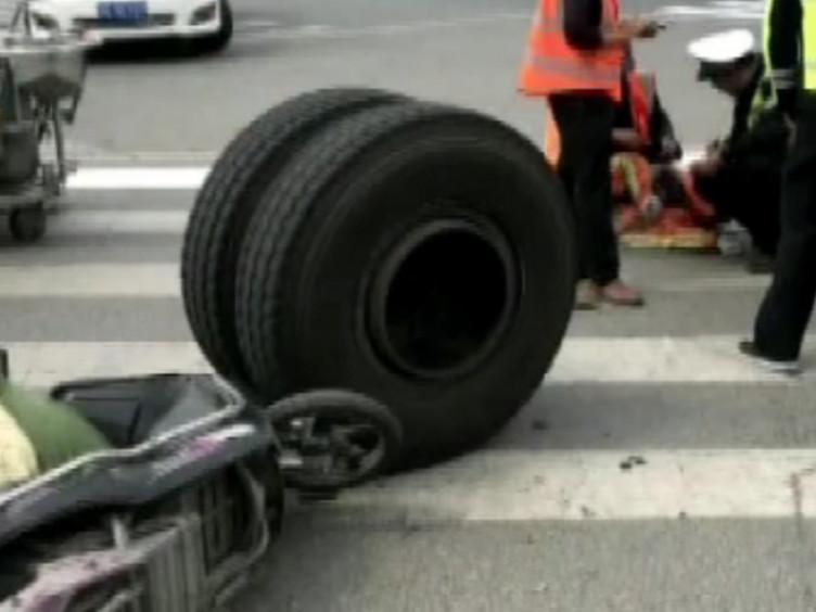 """江蘇一貨車輪胎""""飛了"""" 路邊工人""""躺槍"""""""