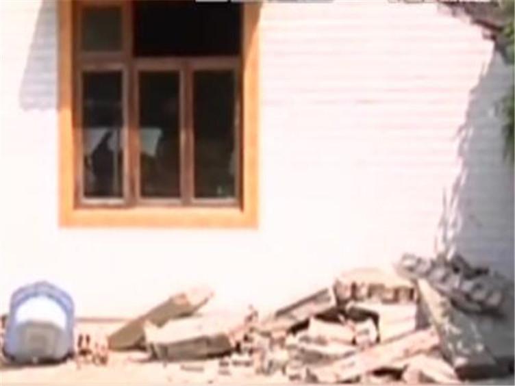 吓人!彭州一民房遭雷击,屋顶直接被削掉了一半