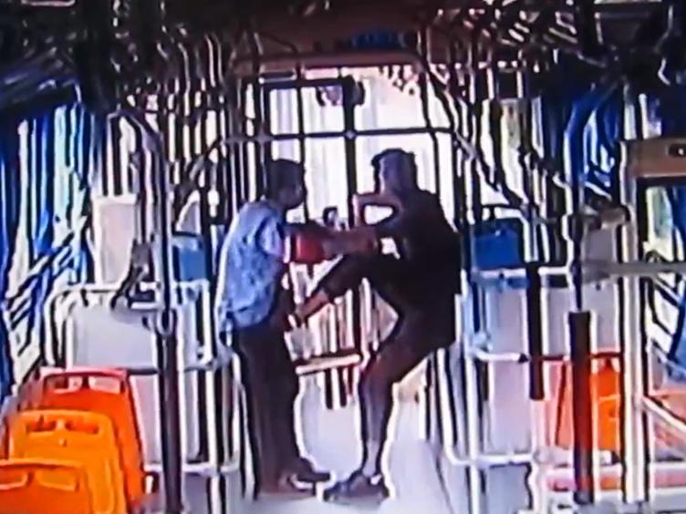 陕西<font color=red>西安</font>:一男子拦停公交暴打司机 还打伤3名民警