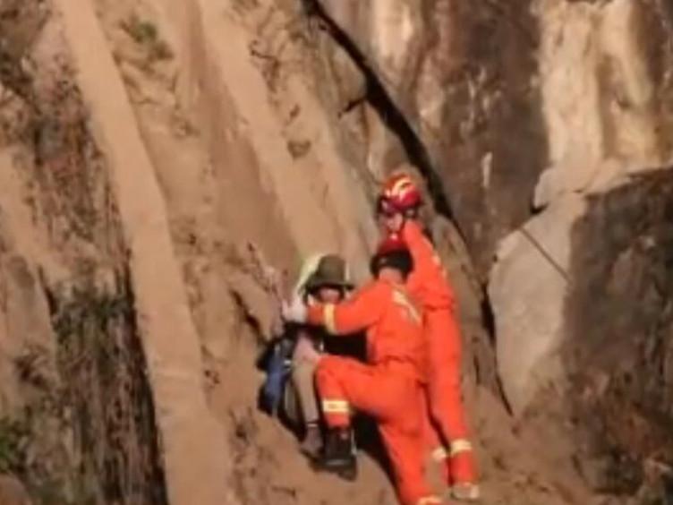 驴友抄近路被困二郎山 甘孜消防紧急救援