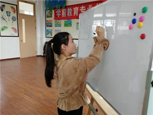 """学前教育专业学生正在进行""""简笔画""""模拟考试.jpg"""