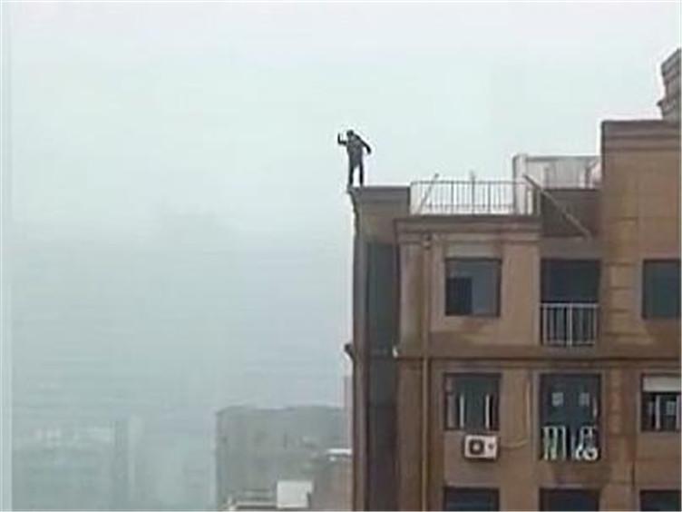 19岁男生站在18层楼顶边缘 这时脚下的砖突然垮了