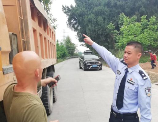 男子交通安全意识淡薄 公安副局长三连问喊醒违法当事人