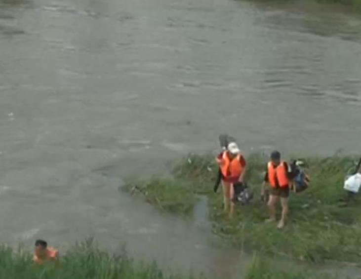 两男子下河钓鱼被困河滩 消防队员涉水营救