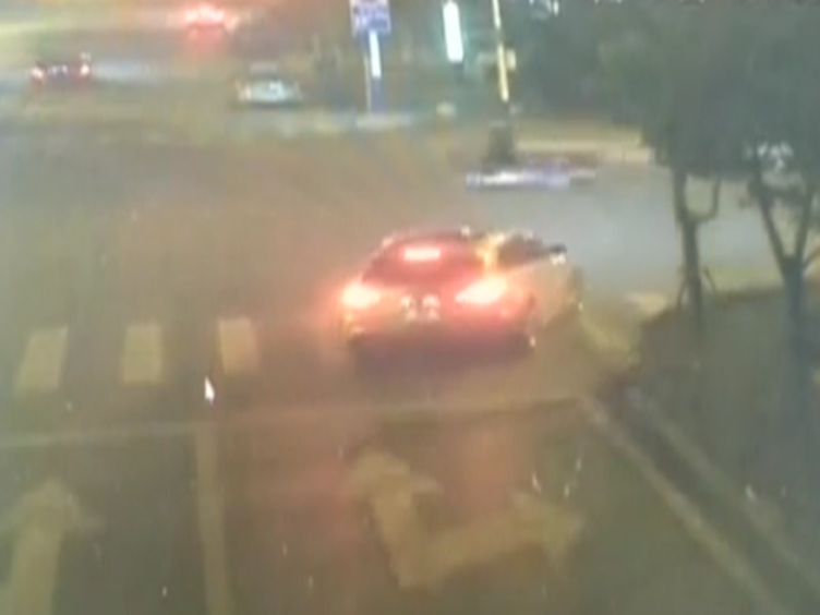 奔驰深夜追着路虎撞 被路虎司机暴打 民警:奔驰车碰瓷!