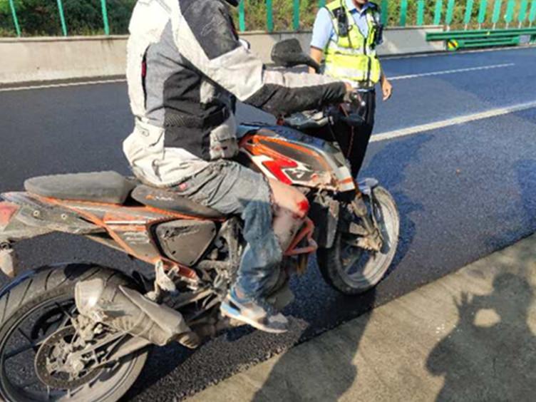 摩托车上高速遇险 高速公安及时出手相救