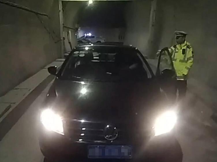 北京司机都汶高速上不顾危险隧道调头 扣12分长长记性