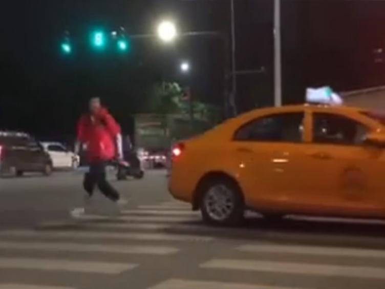 网曝出租车司机欲多次追碾小伙 出租汽车管理处:正全力寻找司机
