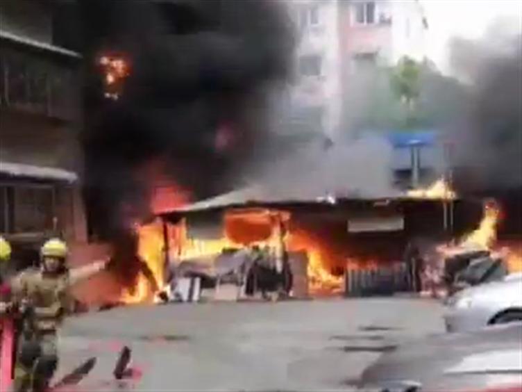 绵阳:小区车棚突发大火 幸无人员伤亡