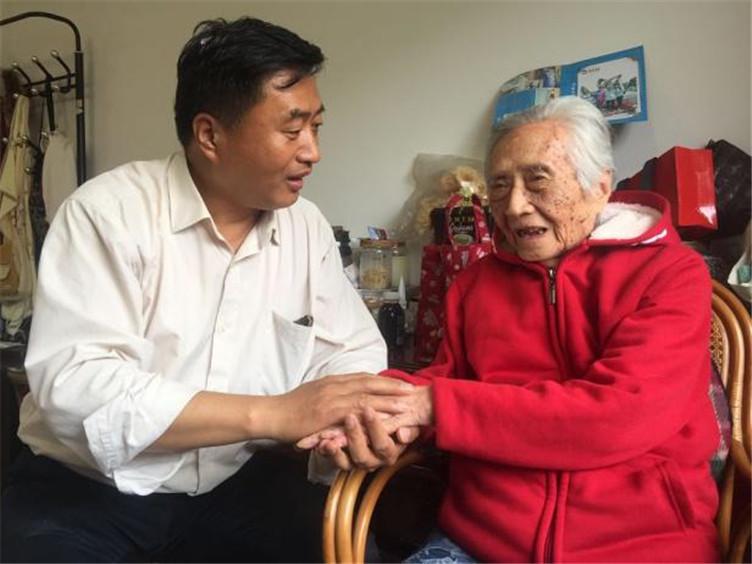 暖心!57岁儿子用滑竿抬着97岁母亲上峨眉山