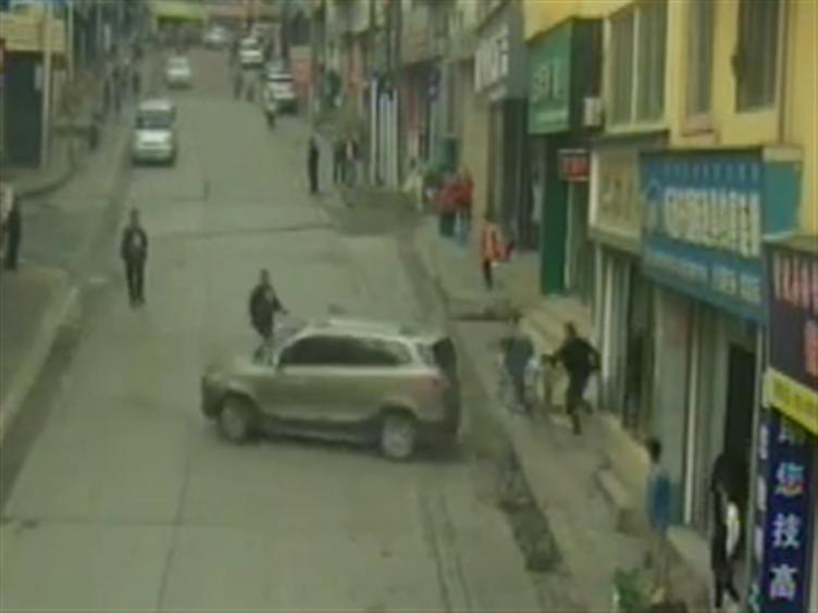 """""""黄""""司机少了个动作 汽车旋转倒退连撞两商铺"""