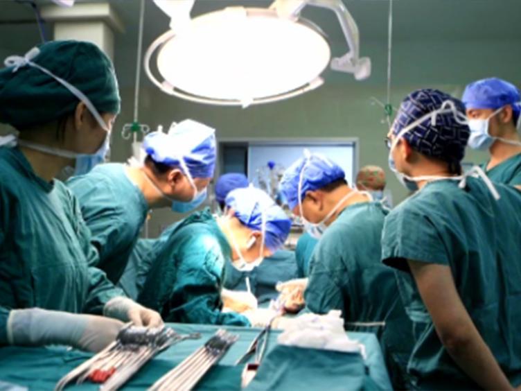 西南首例小肠移植术!51岁父亲将1.8米小肠移植给儿子