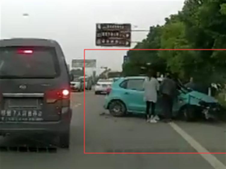 点赞!成都的哥偶遇车祸救人 一路狂飙5分钟送医
