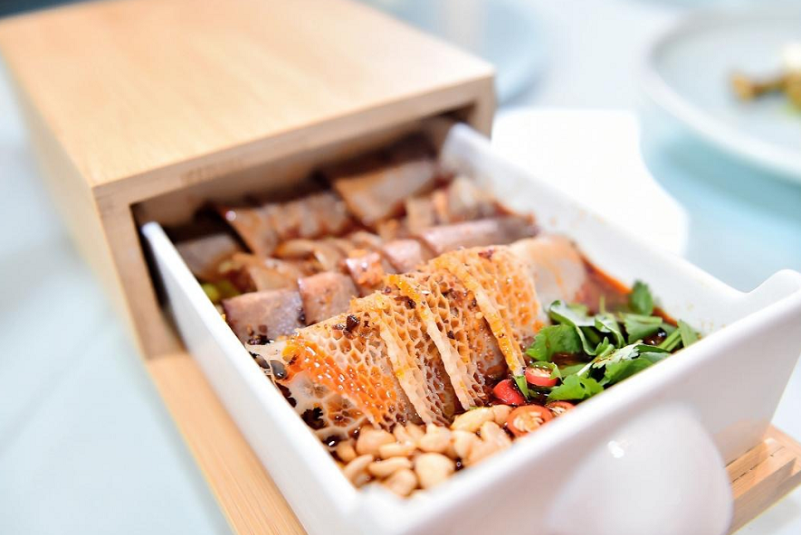 此次天府家宴活动邀请了8位川菜名家共同商议,最终选出椒麻春笋尖、夫妻肺片、烧拌翡翠丝等16道菜品,作为家宴主菜。