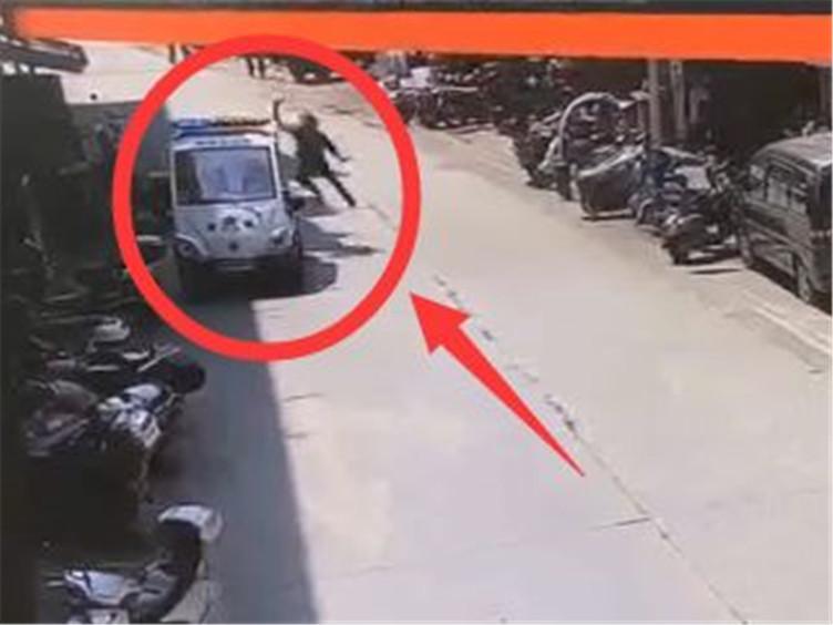 男子持刀挑衅警察乱砍警车 民警鸣枪后将其制服