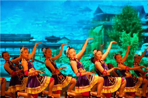 壮族舞蹈《走在山水间》.JPG