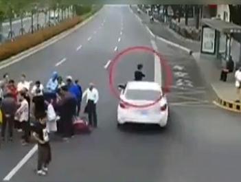 男子特意赶去围观车祸现场 结果自己被撞了