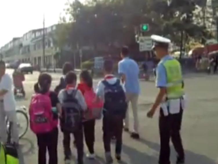 小车内挤9个小学生 托管班老师私开黑校车超载被查