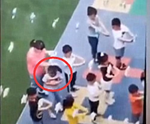 可恶!<font color=red>西安</font>3名幼儿遭教师脚踢拽头发 涉事园长教师被开除