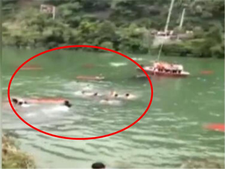 """湖南龙山龙舟赛""""临时桥""""垮塌数十人落水?官方:落水人员均获救"""