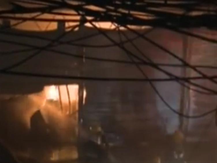 成都青羊区一菜市凌晨突发大火 幸无人员伤亡
