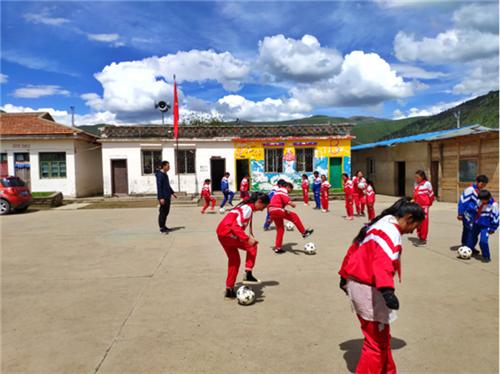 尚可欣副主任为孩子们带来有趣好玩的足球课.png