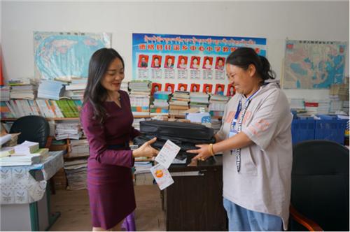 徐红校长代表尚阳小学向打滚小学捐赠爱心物资.png