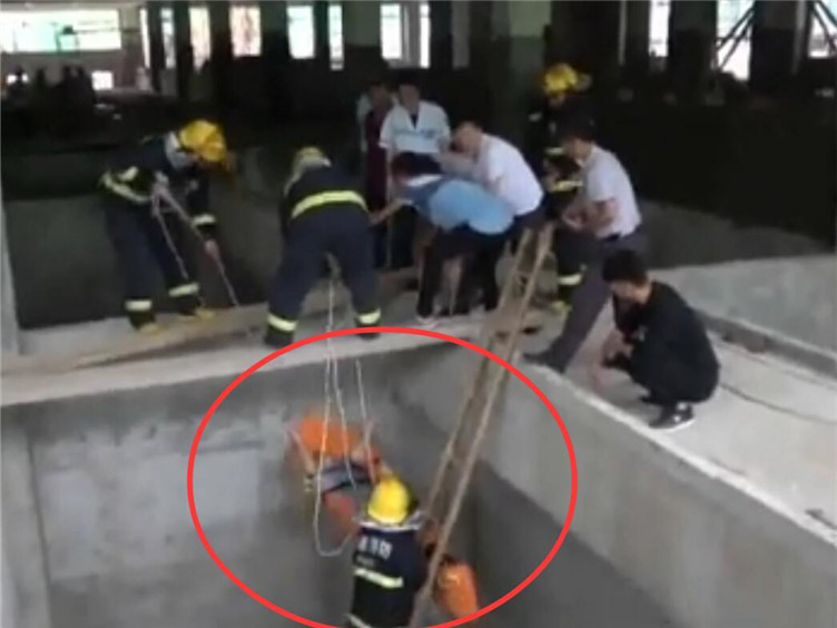 郫都区一名漆工作业时坠井 消防紧急救援成功脱险