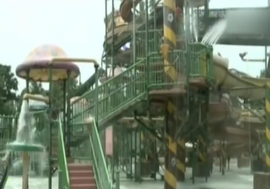 温江:游乐场玩水上滑梯 小伙突发疾病倒地不起