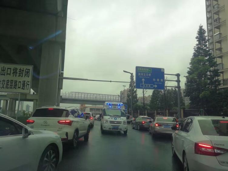 雨中温情!下班高峰期救护车逆行 车主集体让道