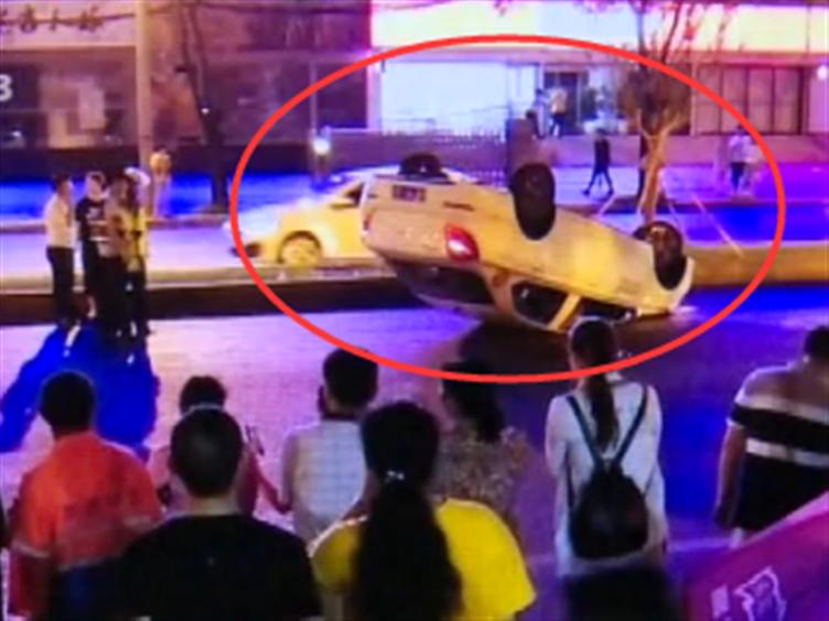 惊险!共享汽车路翻车四脚朝天 车内两人幸未受伤
