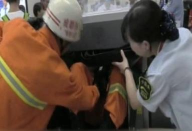 """过安检时别晃神 一女子被地铁安检机""""""""吃手"""""""