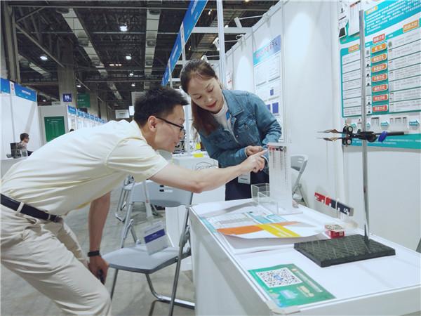 向評委和來賓介紹科技創新作品2.jpg
