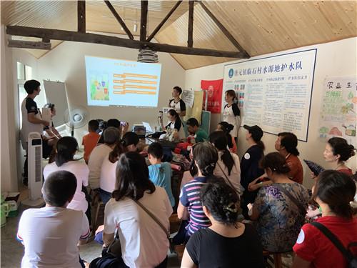 北京科技大学志愿者现场讲解垃圾分类相关知识.jpg