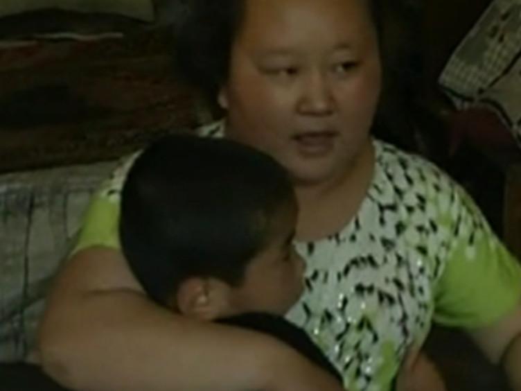 """寸步不离!西安坚强母亲带""""多动症""""孩子苦撑5年"""