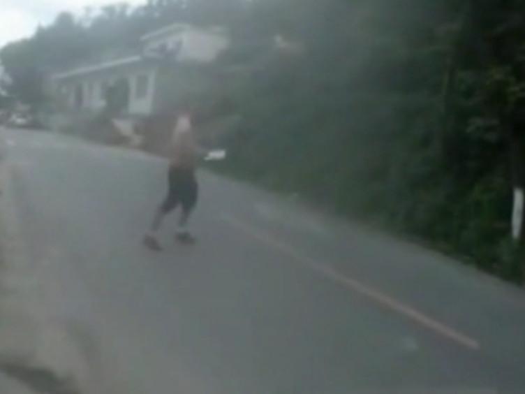 贵州醉汉提刀砍向民警 民警开枪将其击倒