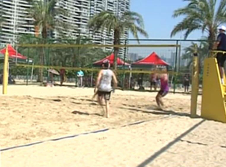 世警会第三天:运动员们烈日下的沙滩排球角逐