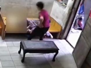 广州:9旬老人遭保姆暴打 全身伤痕累累